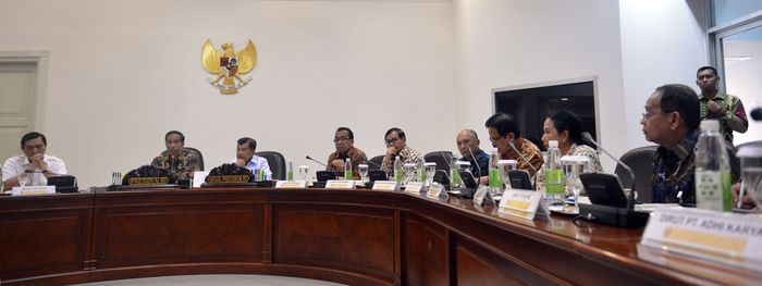 Rapat kabinet terbatas dimulai pada pukul 15.30 WIB. Hadir di antaranya adalah Menko Perekonomian Darmin Nasution, Menko Politik Hukum dan Keamanan Luhut Pandjaitan, Menteri Sekretaris Negara Pratikno, Menteri BUMN Rini Soemarno, dan Menteri Perhubungan Ignasius Jonan. Cahyo/Setpres.