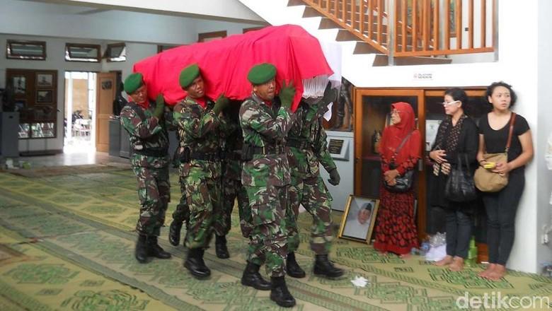 Jenazah Edhi Soenarso Dilepas Secara Militer