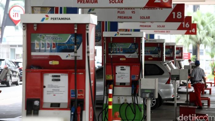 Mulai hari ini berbagai harga BBM turun serentak, mulai dari bensin premium, solar, Pertamax hingga Pertalite. Harga premium di wilayah Jawa-Madura-Bali turun dari Rp 7.400/liter jadi Rp 7.050/liter.