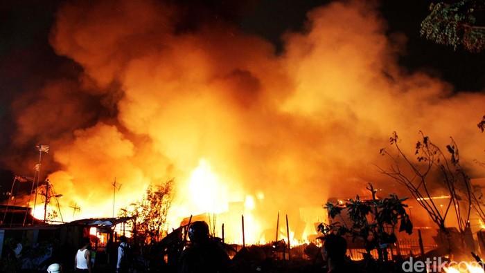 Pemadam kebakaran memadamkan api. Ari Saputra//ilustrasi/detikfoto
