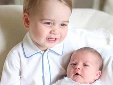 Ini foto resmi Pangeran George saat menjadi kakak. Ya, Pangeran George sedang memangku adiknya, Putri Charlotte. (Foto: Getty Images)