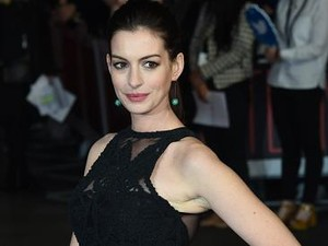 Anne Hathaway Ikut Foto Seksi Pakai Bantal, Tiru Gaya Princess Diary