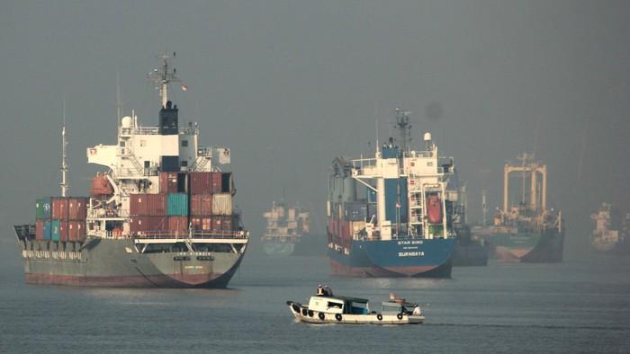 Sejumlah kapal kargo sedang lego jangkar di Selat Madura, Surabaya, Jawa Timur, Kamis (7/1). Menurut data PT Pelabuhan Indonesia (Pelindo) III Persero, arus peti kemas di Pelabuhan Tanjung Perak Surabaya selama tahun 2015 sebesar 3,12 juta Teus yang berarti meningkat 0,5 persen dari tahun 2014 yaitu sebanyak 3,10 juta Teus. ANTARA FOTO/Didik Suhartono/pd/16