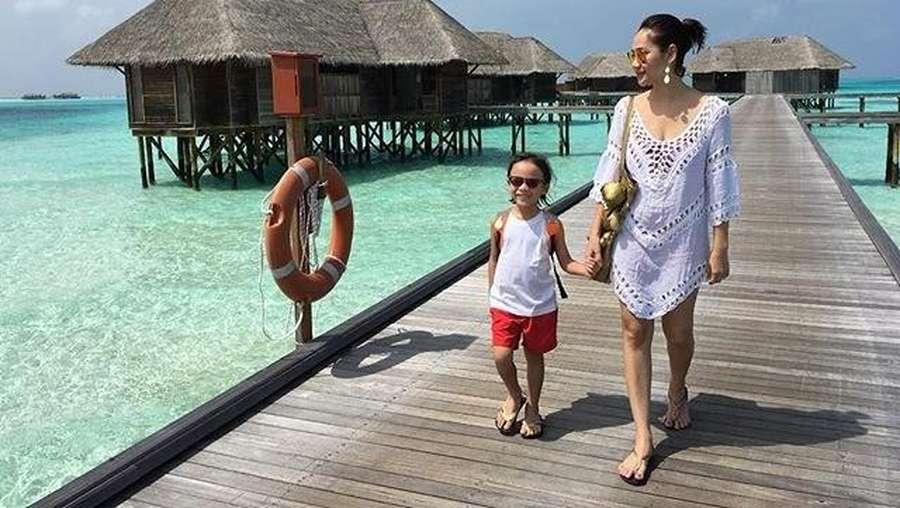 Happy Family! BCL, Ashraf dan Noah Asyik Liburan di Maladewa