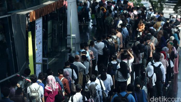 Ribuan pencari kerja memadati Bursa Kerja di gedung Smesco, Jakarta, Jumat (08/01/2016). Bursa Kerja yang berlangsung hingga 9 Januari 2016 ini memberi kesempatan bagi pencari kerja untuk mendapatkan pekerjaan yang diinginkan. Grandyos Zafna/detikcom