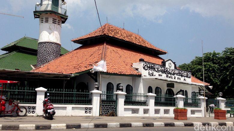 Masjid Al Mamur  Cikini. Diibangun pada 1840-1860, masjid ini berdiri di atas lahan seluas 2.150 meter milik pelukis besar Indonesia, Raden Saleh. Di muka masjid, terdapat ukiran bulan sabit dan bintang sebagai lambang Syarikat Islam (SI).
