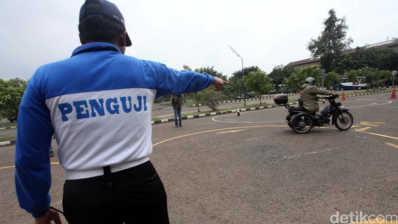 Penguji SIM Foto: Agung Pambudhy