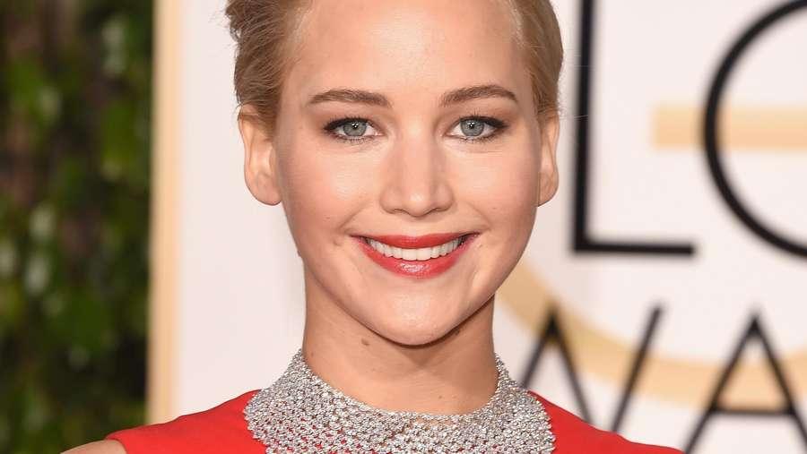 Jennifer Lawrence Merah Memesona di Golden Globe 2016
