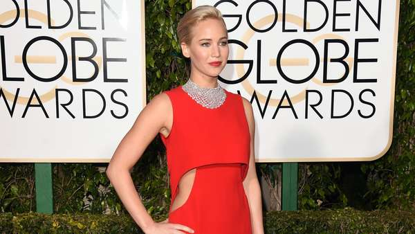 Jennifer Lawrence Merah Memesona di Golden Globe 2016