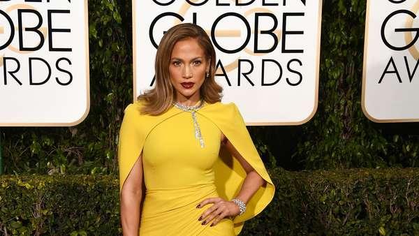 Stunning! Jennifer Lopez Elegan Bergaun Kuning di Golden Globe 2016