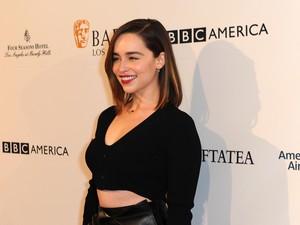 Ini Alasan Emilia Clarke Tak Mau Pakai Lipstik Merah Saat Kencan