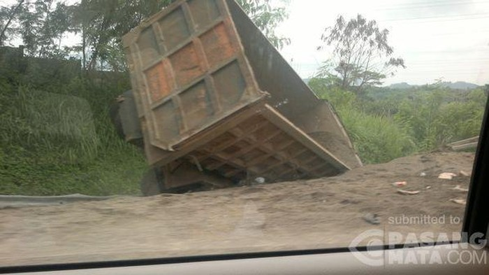 truk kecelakaan, ilustrasi kecelakaan truk