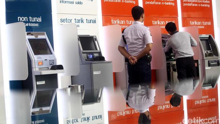Petugas melakukan pengisian uang tunai di mesin Anjungan Tunai Mandiri (ATM) Bank Negara Indonesia (BNI) di Kantor Pusat Bank BNI, Jakarta, Rabu (13/1/2016). Rachman Haryanto/detikcom.