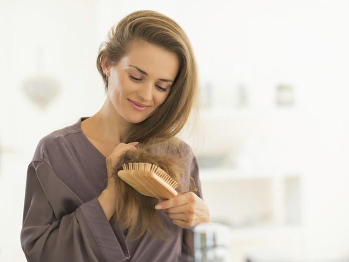 Ilustrasi wanita menyisir rambut. Foto: Thinkstock