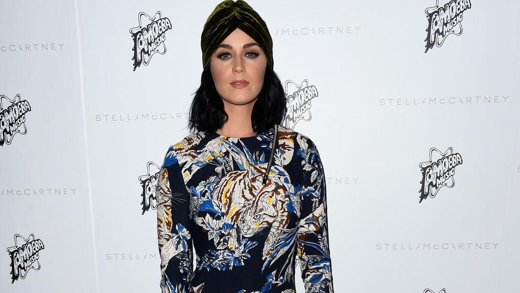 Foto: Gaya 8 Selebriti Saat Menonton Fashion Show Stella McCartney