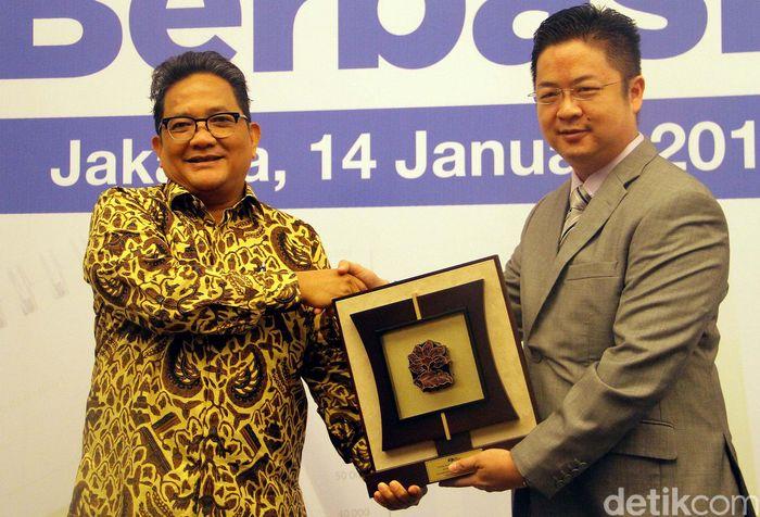 Direktur Eksekutif Asosiasi Perusahaan Pembiayaan Indonesia (APPI) Susilo Sudjono (kiri) dan Direktur PT Ebiz Cipta Solusi Dedy Effendy Lingga (kanan) menghadiri seminar penggunaan Laporan Bulanan Perusahaan Pembiayaan berbasis XBRL di Jakarta, Kamis (14/01/2016).