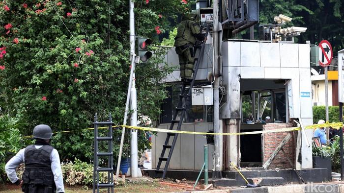 Tim Gegana Polri mengamankan benda mencurigakan di atap Pos Polisi Sainah, Jl MH Thamrin, Jakarta, KAmis (14/1/2016). Setelah dicek, benda terbungkus keresek hitam itu dinyatakan tidak berbahaya. (Ari Saputra/detikcom)