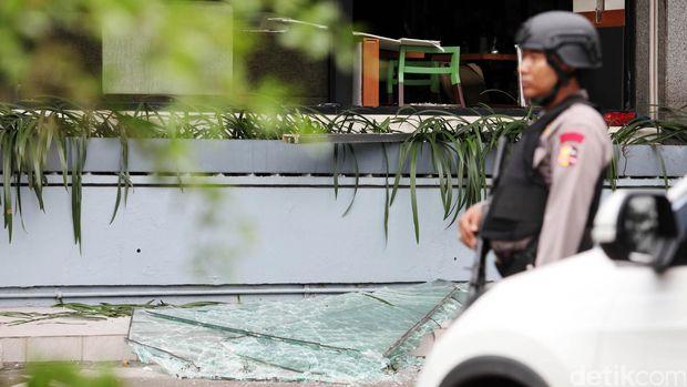 Kerusakan terlihat di salah satu gerai Starbucks  di kawasan Sarinah, Jakarta, Kamis (14/1/2016).  Kerusakan akibat ledakan bom bunuh diri itu menyebabkan plafon jebol, kaca pecah dan furniture berantakan. (Ari Saputra/detikcom).