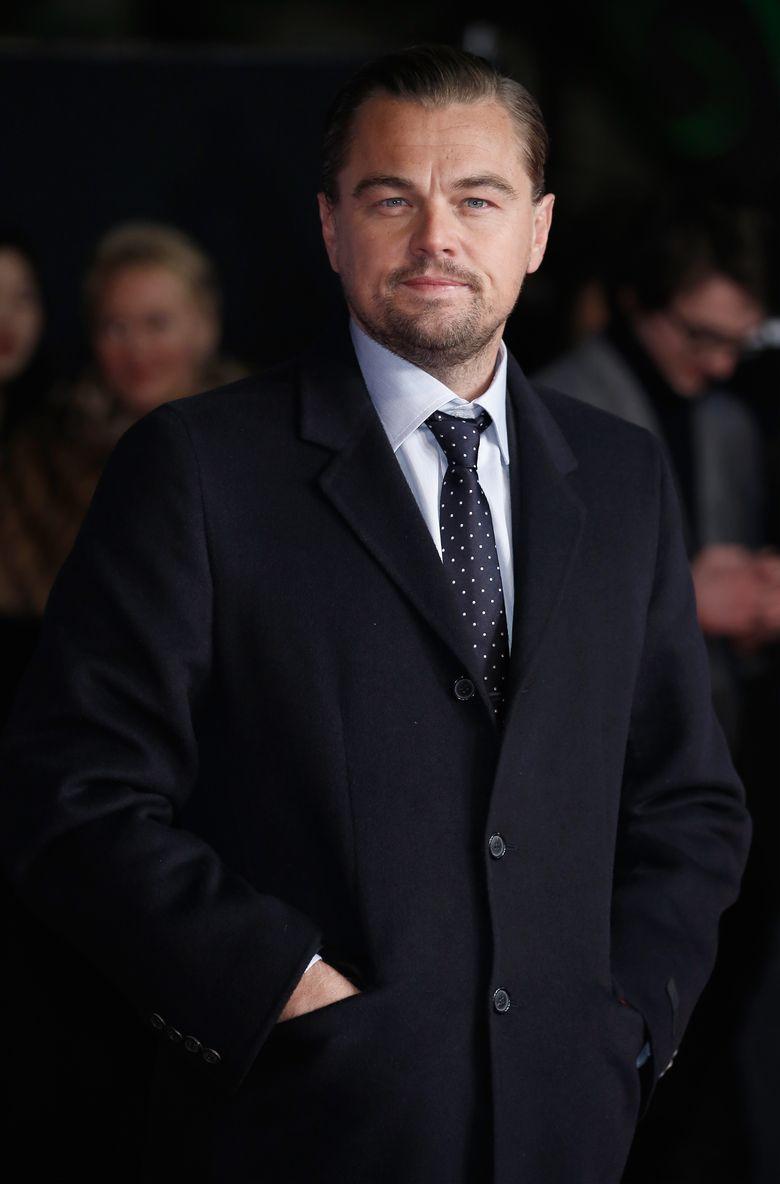 Aktor yang masuk nominasi Oscar 2016 itu tampak gagah dengan kemeja, dasi polkadot dan coat hitam. John Phillips/Getty Images/detikFoto.