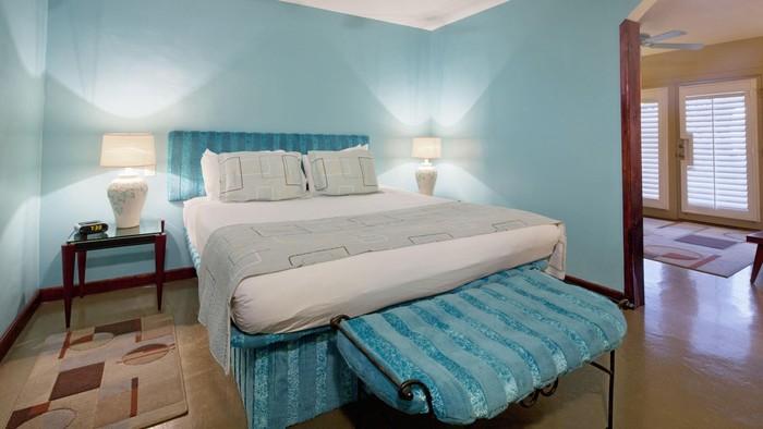 Jarang membersihkan kamar tidur bisa membuat benda-benda ini jadi sarang kuman lho! Mulai dari bantal hingga karpet kamar. Foto: thinkstock