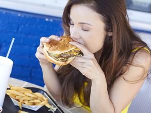 Ketagihan Makan Junk Food, Begini Cara Unik untuk Mengontrolnya