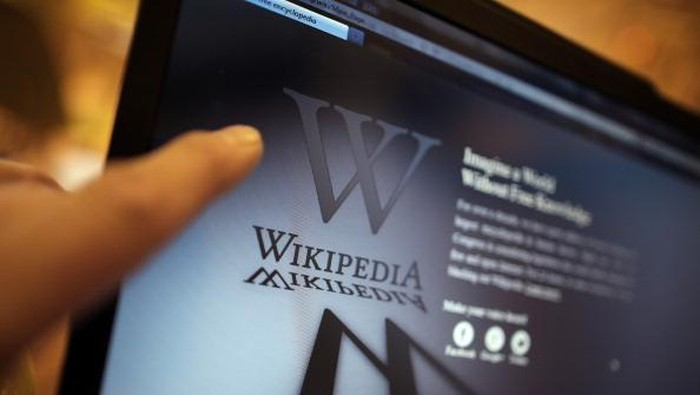 LONDON, ENGLAND - JANUARY 18:  A laptop computer displays Wikipedias front page showing a darkened logo on January 18, 2012 in London, England. The Wikipedia website has shut down its English language service for 24 hours in protest over the US anti-piracy laws.  (Photo by Peter Macdiarmid/Getty Images)