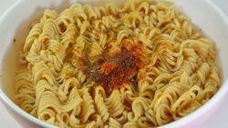 Sering Makan Mi Instan Mentah? Waspadai 8 Bahaya yang Mengintai