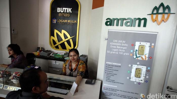 Petugas butik emas Antam melayani seorang pelanggan di gerainya Gedung Antam, Jakarta Selatan. PT Aneka Tambang Tbk (ANTM) mengoperasikan Butik Emas Logam Mulia untuk menjual beragam produk emas batangan miliknya. (FOTO: Rachman Haryanto/detikcom)