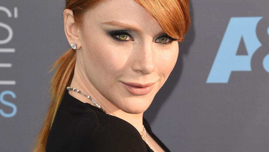 Tampil di Karpet Merah, Seleb Hollywood Ini Pakai Gaun dari Online Shop