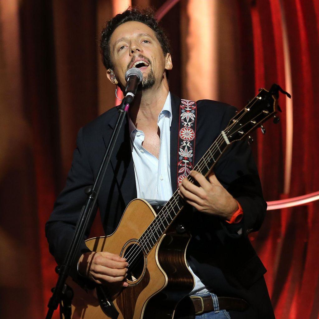 Sweet! Jason Mraz Berlutut Berikan Terapi Musik untuk Anak di RS
