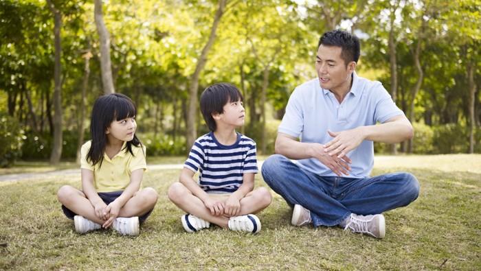 Peran ayah dalam tumbuh-kembang anak sangat besar. Salah satunya adalah menghindari risiko anak mengalami obesitas. Simak di sini penjelasannya. (Foto: Thinkstock)