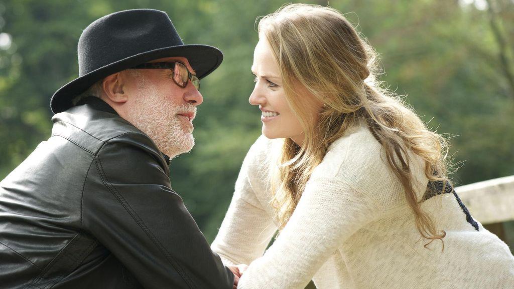 Menyoal Wajar Tidaknya Saat Wanita Menikah dengan Pria yang Jauh Lebih Tua