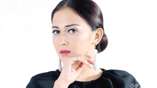 Lady in Black! Nina Zatulini Tampil Beda