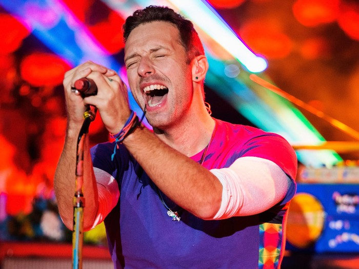 OFFENBACH, GERMANY - DECEMBER 08:  Artist Chris Martin of Coldplay performs onstage during the Telekom Street Gigs at Capitol on December 8, 2015 in Offenbach, Germany.  (Photo by Andreas Rentz/Getty Images)