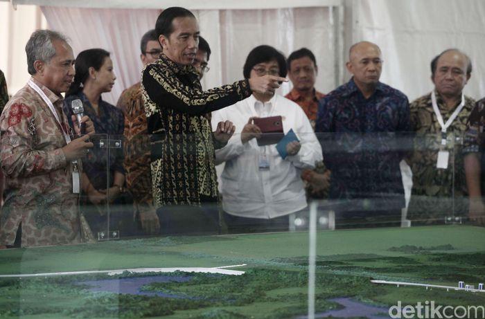 Jokowi hadir bersama sejumlah Menteri terkait di antaranya Menteri BUMN Rini Soemarno, Menteri PUPR Basuki Hadimuljono, dan Menteri KLHK Siti Nurbaya. (dok detikcom).