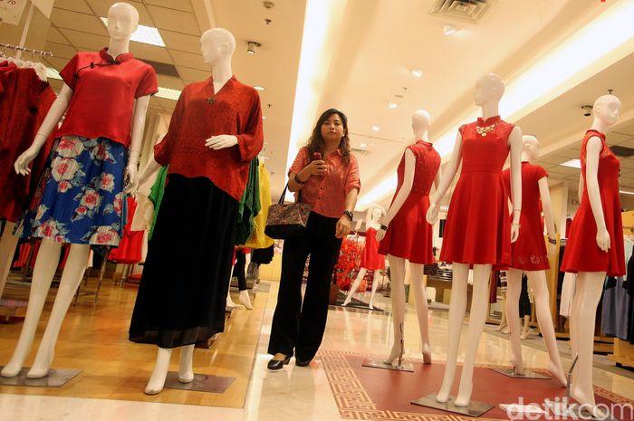 Pengunjung berbelanja di Metro Department Store, di Plaza Senayan, Jakarta, Kamis (21/01/2016).