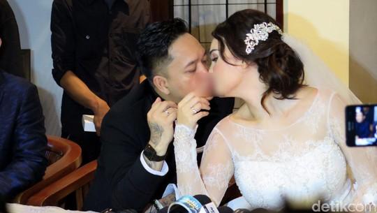 Ciuman Mesra Feby Febiola-Franky Sihombing Usai Menikah