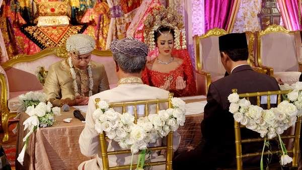 Cantiknya Nina Zatulini Berkebaya Merah di Hari Pernikahan