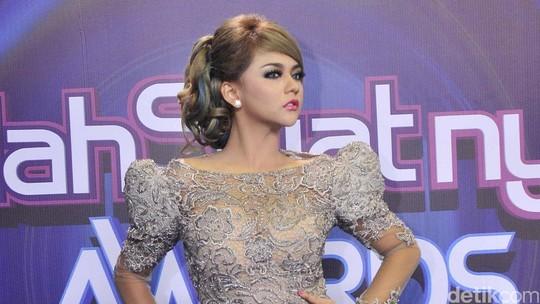 Tidak Nyentrik, Jenita Janet Bergaun Menerawang