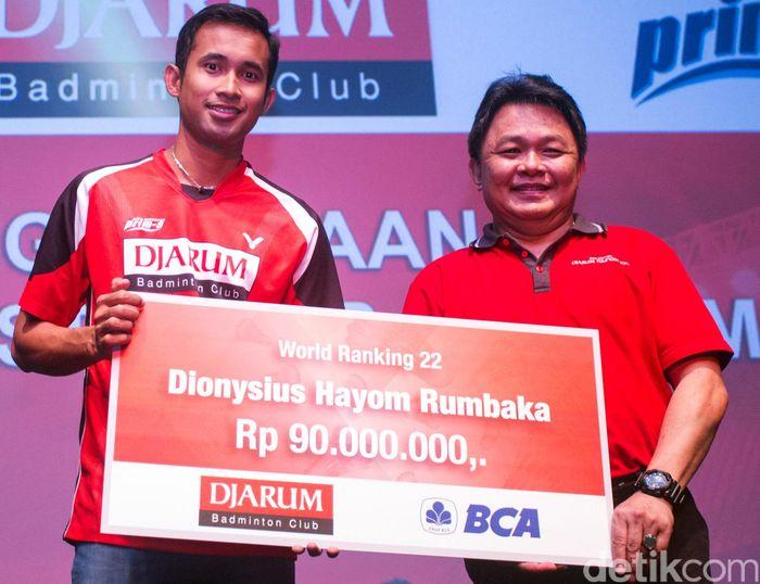 Djarum Foundation memberikan penghargaan berupa uang tunai kepada Dionysius Hayom Rumbaka.
