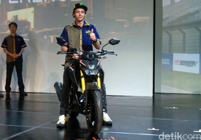 Sepekan sebelum menjalani tes pramusim pertama di Sepang, Valentino Rossi mengunjungi pendukung setianya di Indonesia.