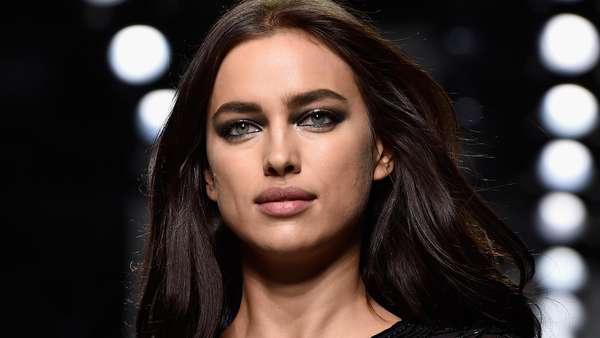 Irina Shayk Pamer Kaki Jenjang di Paris Fashion Week
