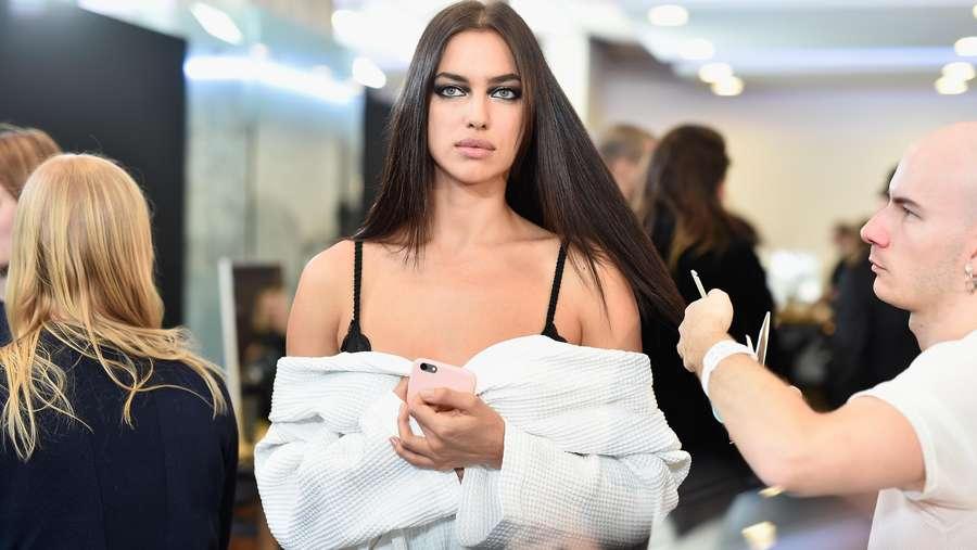 Irina Shayk Pamer Kaki Jenjang di Paris Fashion Week