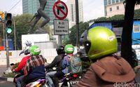 Rambu Larangan Motor Melintas yang pernah terpasang di Jalan Sudirman
