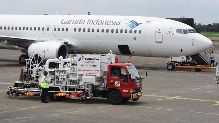Petugas melakukan pengisian avtur ke sebuah pesawat udara di Bandara Soekarno Hatta, Tangerang, Banten, Selasa (26/1). Pertamina menyatakan stok avtur untuk melayani kebutuhan penerbangan di Indonesia sangat aman dengan rata-rata stok ketahanan berada diatas 24 hari. ANTARA FOTO/Akbar Nugroho Gumay/kye/16