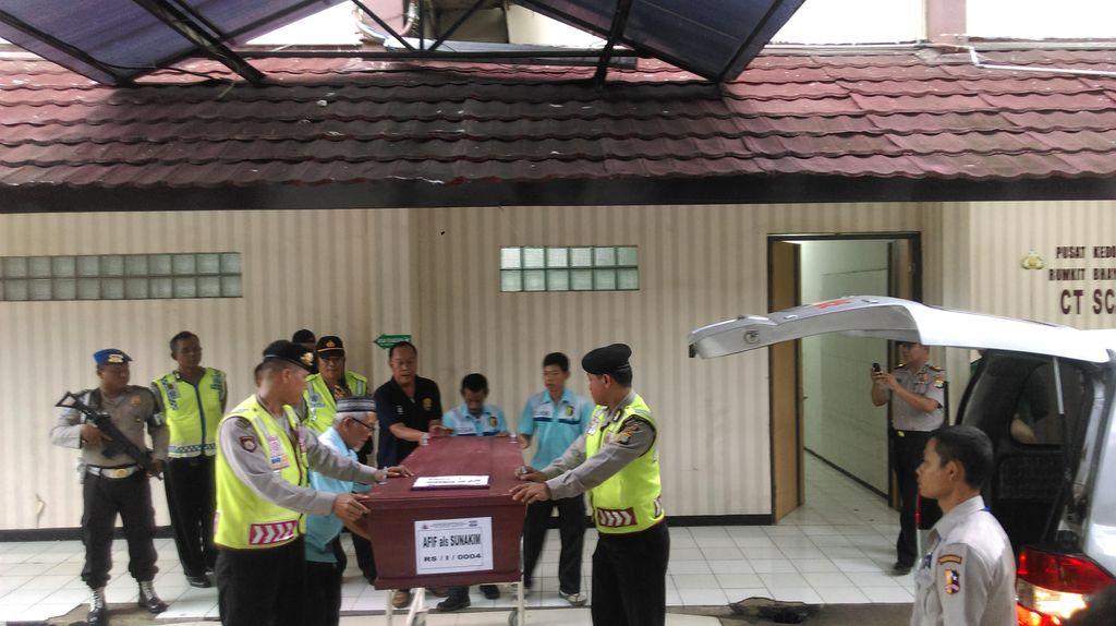 Jenazah Pelaku Teror Thamrin Ahmad Muhazan di RS Polri Diambil Keluarga