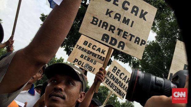 Unjuk rasa sekitar seratusan tukang becak di depan Balai Kota DKI, Kamis (28/1).