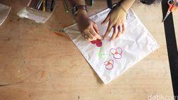 Intip Proses Pembuatan Layang-layang di Sukabumi