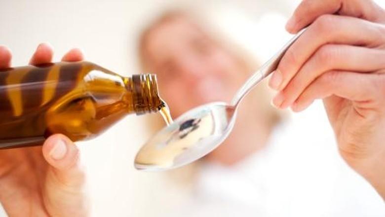 Ilustrasi ibu menyusui minum obat flu/ Foto: Getty Images