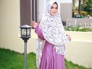 Reista Putri, Model Cantik Garut yang Mendulang Rezeki karena Hijab Syari